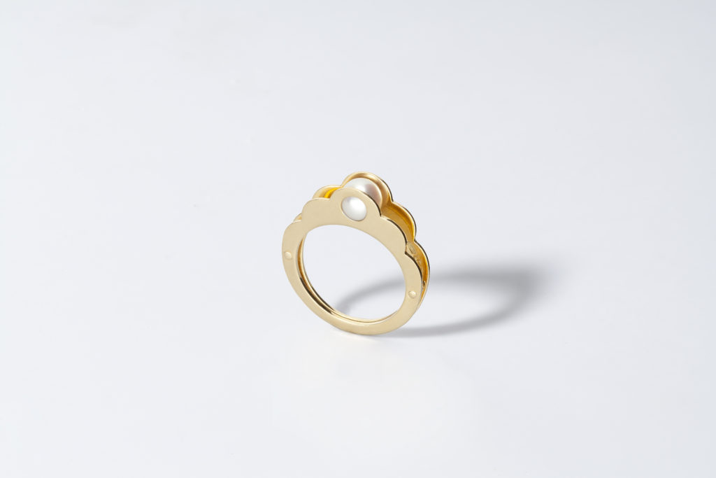 Anello in oro giallo 18KT con perla akoya bianca (diametro 6 MM) - Enclosed