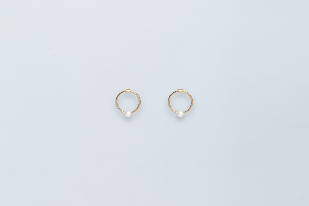 small gold hoop earrings with pearl cerchio lia di gregorio