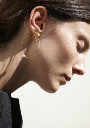 Orecchini con perla akoya in oro giallo 18KT indossato da orecchio femminile – Cerchio Quadrato E