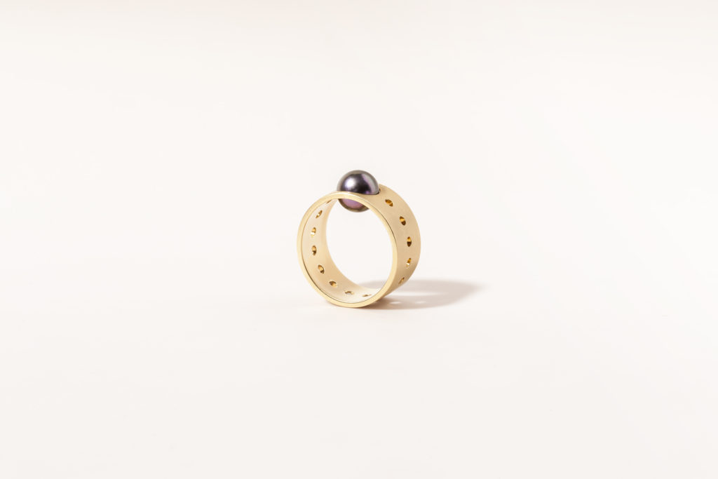 18KT Yellow gold band ring with black akoya pearl - Contatto