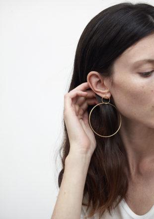 Orecchini a cerchio in oro giallo 18KT indossati da orecchio femminile - Grande Cerchio