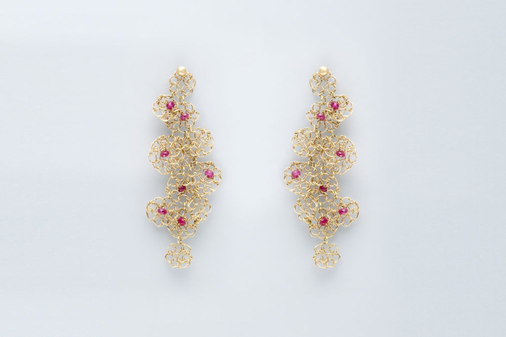 Hanging earrings in 18KT yellow gold and rubies - Merletto Assemblage