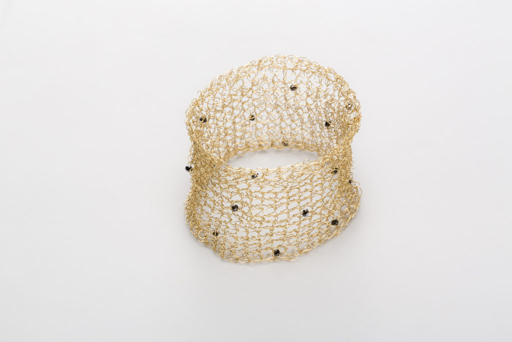 18KT yellow gold cuff bracelet with black spinels – Mesh