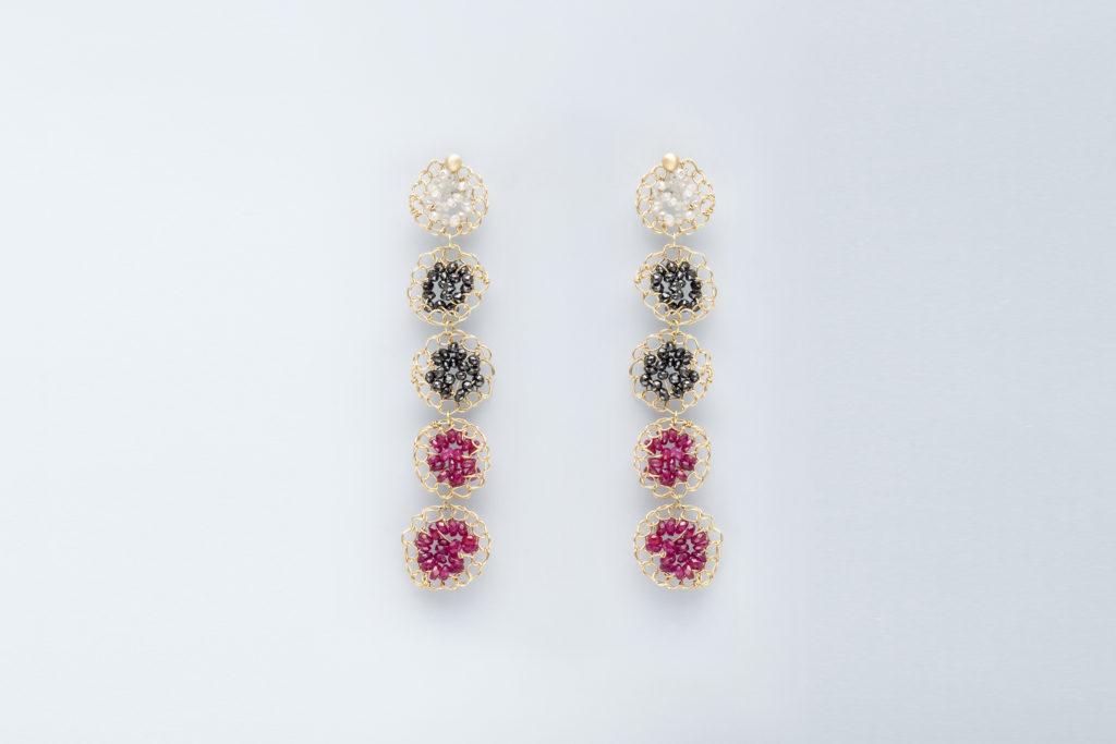 Orecchini con diamanti grigi, neri e rubini pendenti in oro giallo 18KT - Mosaico Frammenti