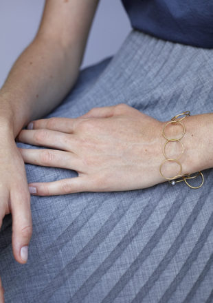 Yellow gold ring bracelet in 18KT with akoya pearl worn by female hand - NonStop
