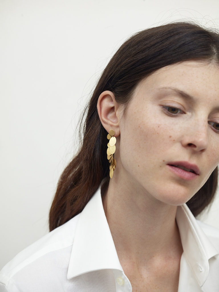 Hanging earring in 18KT yellow gold (height 6CM) worn by a female ear– Pianissimo