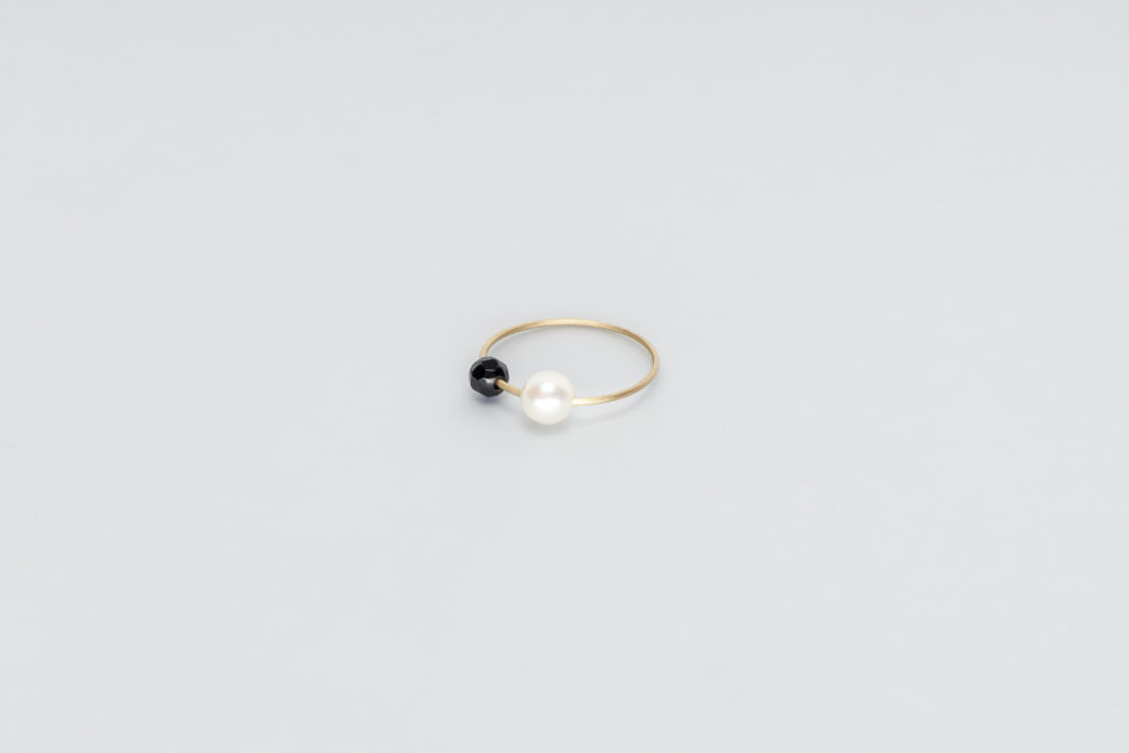 18KT thin yellow gold ring with black onix and akoya pearl (diameter 4,8 MM) - Toi Perla Onice