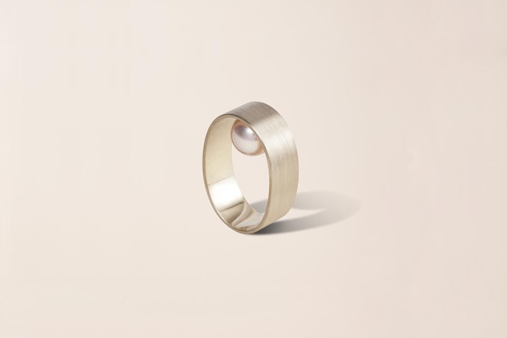 Anello a fascia in oro giallo 18KT con perla akoya nascosta (diametro 8 MM) – Touch
