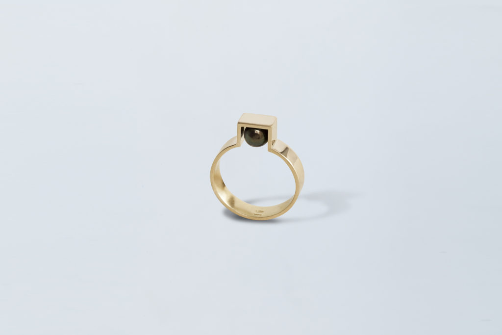18KT Yellow gold band ring with black akoya pearl – Still Life
