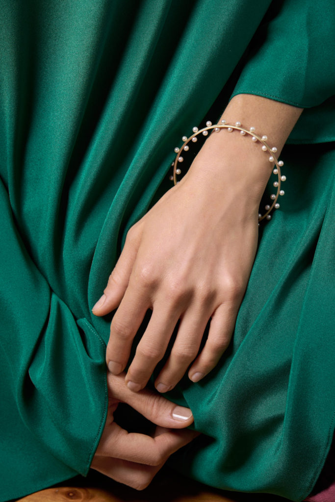 Pearls bracelet in yellow, white or rose gold worn by female hand - In-Out